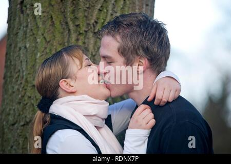 Junge Paar küssen - Stockfoto