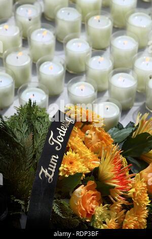 """Schriftzug """"Zum Todestag"""", deutsch """"in Erinnerung an den Jahrestag des Todes', einen Kranz aus Blumen auf einem Grab - Stockfoto"""
