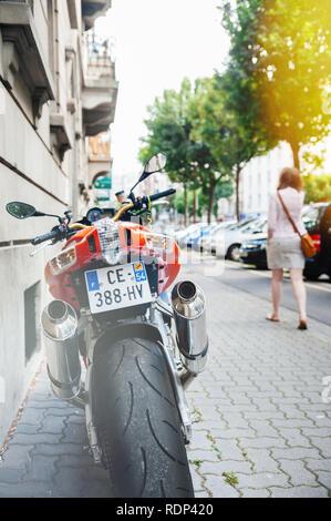 PARIS, Frankreich, 27.JUNI 2015: Rückansicht des mächtigen Aprilia 1000 RSV4 RR Sport Bike Motorrad der italienischen Firma Aprilia auf der Straße geparkt werden - Stockfoto