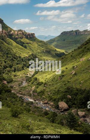 Hochformat der River Gorge, Klippen und Berge auf der Thukela Wanderung an den unteren Rand des Amphitheaters Tugela Wasserfall im Royal Natal Na - Stockfoto