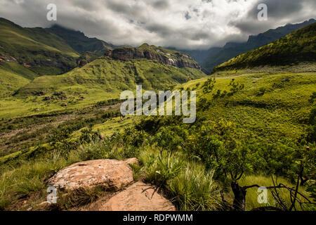 Beeindruckende Berge und Felswände auf die thukela Wanderung an den unteren Rand des Amphitheaters Tugela Wasserfall in den Royal Natal National Park, Drakens - Stockfoto