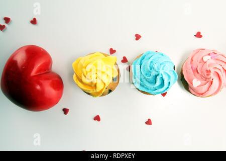 Lecker Kuchen für Valentinstag mit Herz. Traditionelle hausgemachte mit roten Rosen - Stockfoto