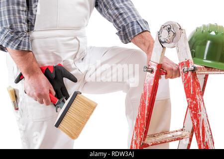 Haus Maler Arbeiter auf der Leiter mit weißen Arbeit Overalls, hält den Pinsel in die Hand zu malen. Auf weissem Hintergrund. - Stockfoto
