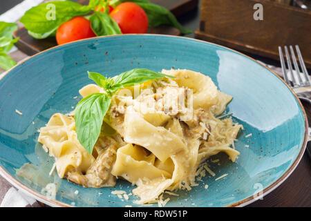 Knoblauch Pilze nudeln Pappardelle mit cremiger Sauce. Mit Parmesan und Basilikum serviert. Italienische Küche. - Stockfoto