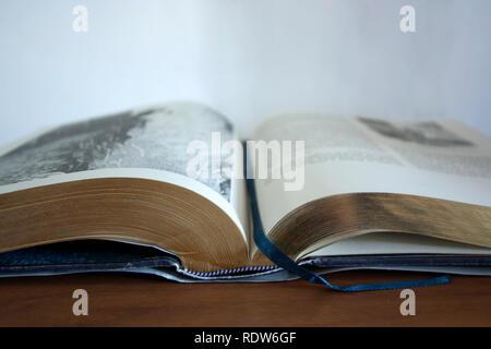 Ein offenes Buch auf dem Tisch - Stockfoto