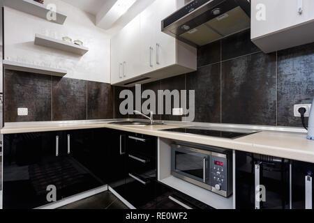 Weiße minimalistische küche interieur und design fliesen wand