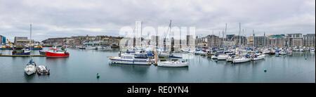 Panoramablick auf angelegten Boote im Sutton Harbour Marina und das Barbican, Plymouth, Devon. - Stockfoto
