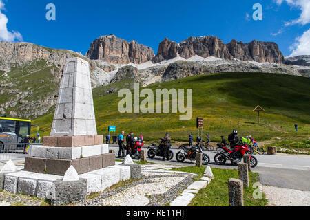 Venetien, Berglandschaft auf dem Pordoijoch, Dolomiten, Italien, Denkmal auf dem Pass in 2239 Meter Höhe, - Stockfoto