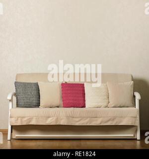 Beige Sofa in Weiß Wohnzimmer Einrichtung mit gestreiften Teppich ...