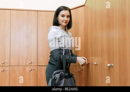 Junge fitness Frau im Ankleidezimmer im Fitnessstudio. Fitness, Sport, Training, Personal, gesunden Lebensstil Konzept - Stockfoto