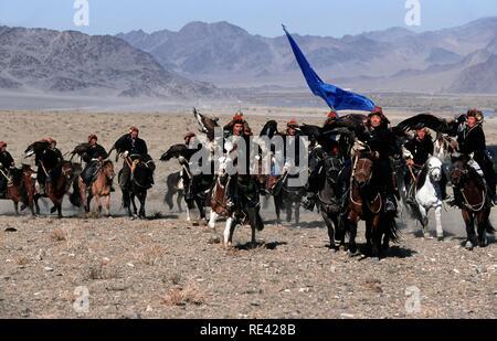 Kasachen eagle Jäger auf dem Weg nach Golden Eagle Festival, Bajan Oelgii, Altai Gebirge, Mongolei, Asien - Stockfoto