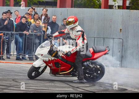 Bukarest, Rumänien - 25. April 2010: Professionelle Motorradfahrer Angyal, Zoltan führt einen Burnout auf seinem roten und weißen sportbike während des SMAEB sh - Stockfoto