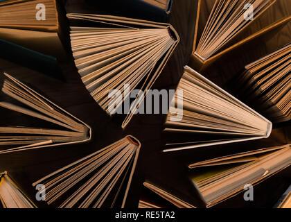 Alten und gebrauchten gebundene Bücher, Text Bücher von oben gesehen auf Holzboden. Bücher und Lesen sind notwendig für sich selbst verbessern, die Gewinnung des Wissens - Stockfoto