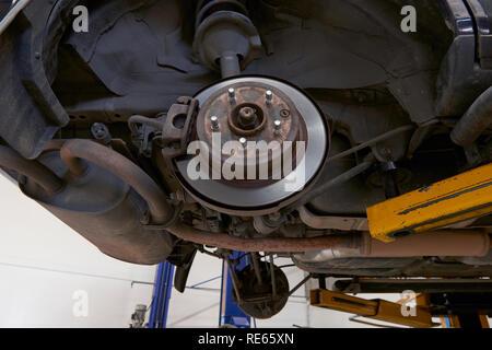 Lamellenbremse und Radnabe Zusammenbau auf einer Hubvorrichtung in einer mechanischen Werkstatt in den Prozess der Stk und Wartung. - Stockfoto