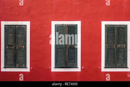 Menorca - 25. SEPTEMBER: vintage Windows in der Altstadt von Ciutadella, Menorca Insel, auf September 25,2018. - Stockfoto