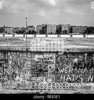 August 1986, Berliner Mauer graffitis am Potsdamer Platz mit Blick auf den Leipziger Platz, Todesstreifen, West Berlin, Deutschland, Europa, - Stockfoto