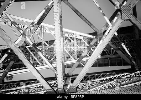 Altes Eisen Brückenbauwerk. Porto, Portugal. Umgewandelt in Schwarz und in Weiß. - Stockfoto
