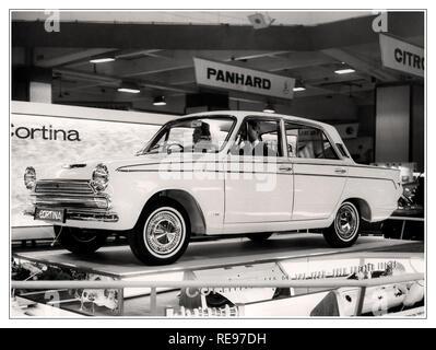 Ford Cortina motorcar am 1964 Earls Court Motor Show Ford Cortina Mk 1 wurde zum ersten Mal zum Verkauf in 1962 und wurde zum Auto des Jahres 1964 gewählt. - Stockfoto
