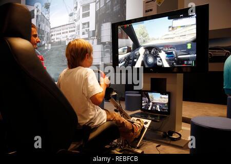 Fahrsimulator, Car Racing Games, Rennspiele im Vergnügungsviertel der Gamescom, der weltweit größten Messe für - Stockfoto
