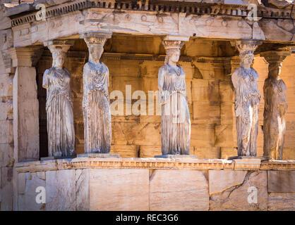 Die caryatid Halle des Erechtheion. Das erechtheion erechtheion oder ist eine antike griechische Tempel auf der Nordseite der Akropolis von Athen in Griechenland - Stockfoto