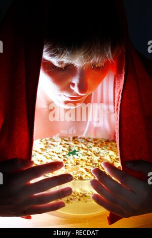 Junge Frau Dämpfe einatmen von einem Kräutertee von getrockneten Kamille Blüten, als Heilmittel gegen eine kalte - Stockfoto