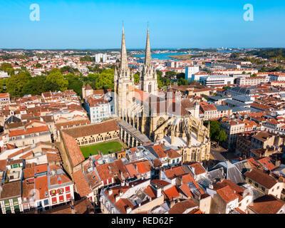Die Kathedrale der Heiligen Maria oder Unserer Lieben Frau von Bayonne Antenne Panoramaaussicht, römisch-katholische Kirche in der Stadt Bayonne in Frankreich - Stockfoto