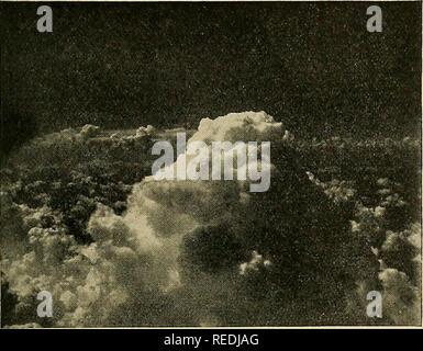 . Kompendium der Meteorologie. Meteorologie. Künstliche Wolke - ÄNDERUNG UND NIEDERSCHLAG 241 In 24.000 ft, wo die Temperatur war - 25 C war mit Trockeneis in Höhe von fünf Pfund pro Meile gesät werden. Diese Wolke enthielt nur unterkühlte Wasser an der 20.000-ft seeding Höhe und kein Radar Echo war ob - von diente es vor der Aussaat. Innerhalb von 10 Minuten nach der Bestellung, eine kleine Regen aus der Wolke beobachtet wurde, Echo und leichte Virga wurde durch die niedrige Obser beobachtet- Flugzeuge. Es wurde geschätzt, dass in ungefähr eine halbe Stunde nach der Aussaat dieser Cloud hatte dissi - nahmen etwa 75 p - Stockfoto