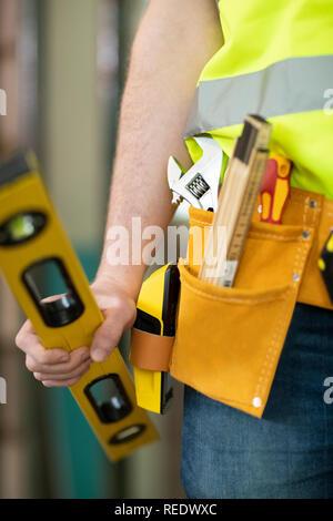 Detail der Bauarbeiter auf der Baustelle tragen Werkzeuggürtel - Stockfoto