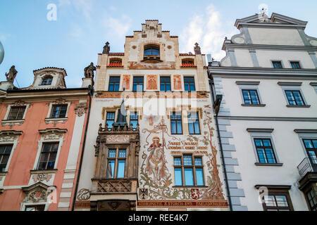 Die mittelalterliche Storch Haus mit einem wunderschönen Gemälde von St. Wenzel auf seinem Pferd, am Altstädter Ring in Prag, Tschechische Republik. - Stockfoto