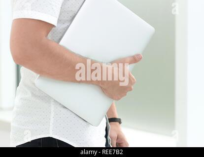 Bis zu schließen. die Frau mit Laptop in der Nähe von Büro - Stockfoto