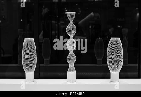 Objekte auf dem Display im Einzelhandelsgeschäft in Japan Haus, Kensington High Street, London, UK. In schwarzweiß fotografiert. - Stockfoto