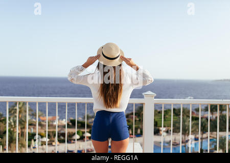 Ansicht der Rückseite des weiblichen Touristen, kostenlose Happy Frau am Meer am Sommer, der Berufung auf der Suche - Stockfoto