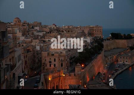 Blick über South East Waterfront von Valletta Stadt in der Dämmerung vom oberen Barrakka Gardens. - Stockfoto