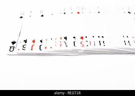 Schräger Blick auf ein Set von Karten auf weißem Hintergrund, Jack auf der Oberseite - Stockfoto