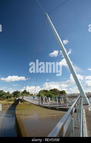 Personen, die Lune Millennium Bridge über den Fluss Lune in Lancaster. Die Brücke ist Teil des National cycle Network und wurde im Jahr 2001 eröffnet. - Stockfoto