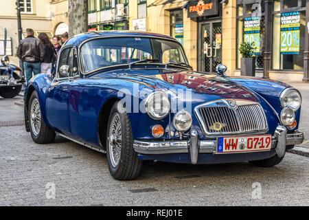 Deutschland, Limburg an der Lahn - APR 2017: blau MG MGA 1955 SPORTWAGEN in Balduinstein, Rheinland-Pfalz, Deutschland. - Stockfoto