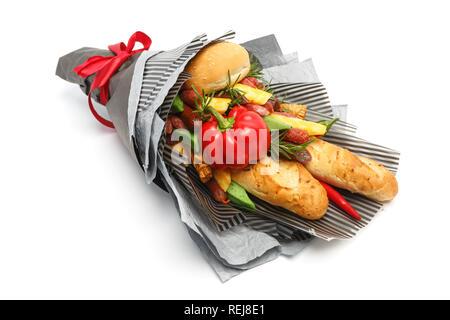 Brot aus Weizen, Sesambrötchen, Käse verschiedene Sorten, Wurst und Pfeffer sind in grauem Papier als Geschenk Blumenstrauß auf einem weißen Hintergrund. Seite vi. - Stockfoto