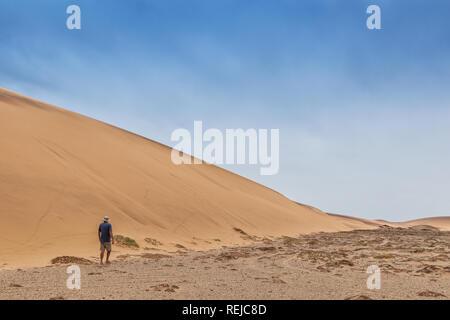 Man Walking in der namibe Wüste. Afrika. Angola. - Stockfoto