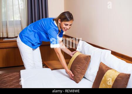 Magd Bett im Hotelzimmer machen - Stockfoto