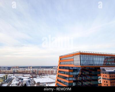 Luftaufnahme der Auf der Brücke zwischen den beiden Gebäuden der academpark technopark der Novosibirsk akademische Gemeinde - große Gebäude mit Labo - Stockfoto