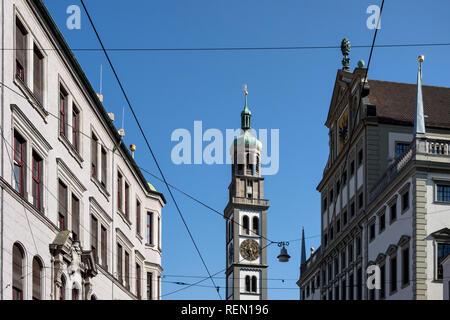 Blick auf Turm von St. Peter und Rathaus mit blauem Himmel in der Stadt Augsburg, Bayern, Deutschland - Stockfoto