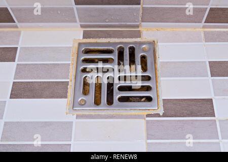 Dirty Edelstahlbad Abfluss der Dusche im modernen Stil. Nasse Dusche mit unhygienisch Papierkorb entleeren, Ansicht von oben - Stockfoto