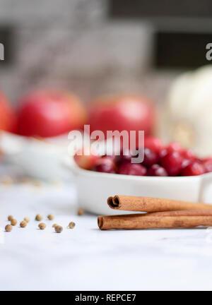 Detail Foto von Zimt, Preiselbeeren, Äpfel und Gewürze zum Backen Apfelkuchen - Stockfoto