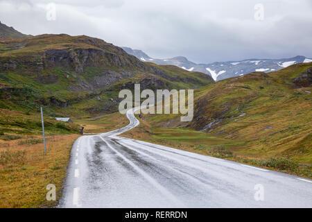 Malerische kurvige Bergstraße, Vik, Sogn og Fjordane, Norwegen, Skandinavien - Stockfoto