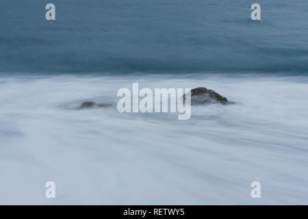 Ankommende Wellen rund um rock Absturz auf Strand, der in der Kamera blur Motion, abstrakten Hintergrund, Langzeitbelichtung, Hualien, Taiwan - Stockfoto