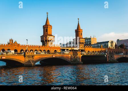 Oberbaumbrücke zwischen Kreuzberg und Friedrichshain, Spree, Berlin, Deutschland - Stockfoto