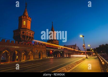 Oberbaumbrücke zwischen Kreuzberg und Friedrichshain bei Nacht, Berlin, Deutschland - Stockfoto