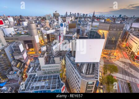 Tokio, Japan Skyline der Stadt über Shibuya Crossing in der Dämmerung mit kopieren.