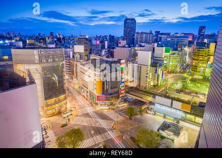 Tokio, Japan Skyline der Stadt über Shibuya Crossing in der Abenddämmerung. - Stockfoto