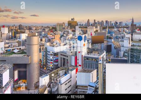 Tokio, Japan Skyline der Stadt über Shibuya Ward in der Abenddämmerung. - Stockfoto